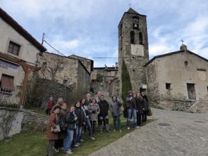 Grup davant de Can Jordi i de la capella de la Mare de Déu de les Neus