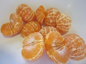 Pelem les mandarines i reservem la pell