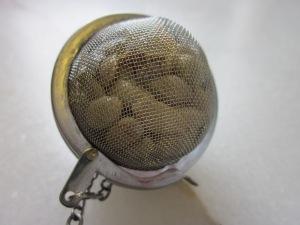 En separar els grills, revisem si tenen pinyols i els treiem. Per no perdre'ls dins la confitura, els posem en un coladoret d'infusions.