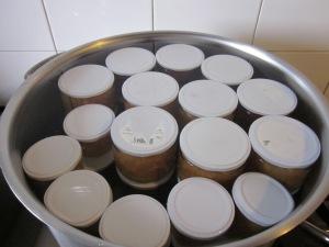 Posem els pots en una cassola amb fons difussor i cobrim d'aigua freda. Escalfem a poc a poc i fem un bany maria de 10 minuts com a mínim. Després, refredem també a poc a poc, els deixem cap per avall i, quan són freds i eixuts, etiquetem.